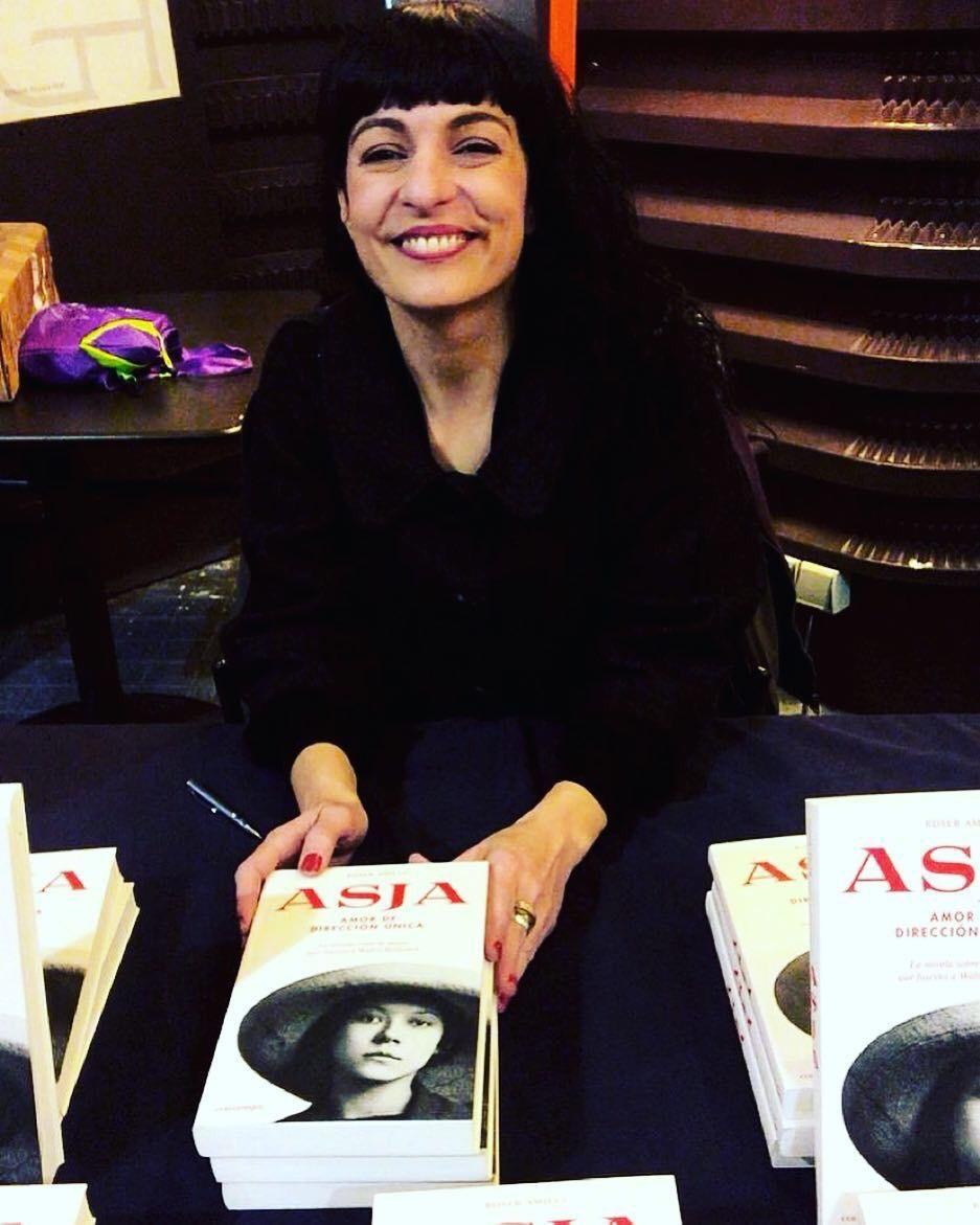 Roser amills con su novela asja