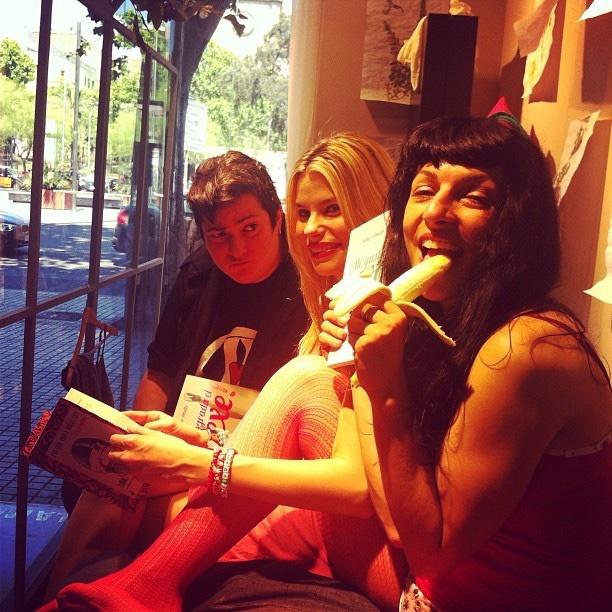 Roser Amills en el escaparate de La Mallorquina, 2013, con Txus Garcia y Maria Lapiedra