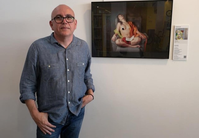 """Raimon Moreno junto a su fotografía de Roser Amills reinterpretando el cuadro de Picasso """"La lecture"""""""