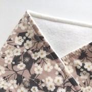 echarpes-polaires-modele-fille-roses-et-confettis-liberty-betsy-nougat-3