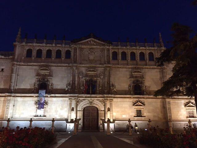Fachada de la universidad de Alcalá de Henares, Madrid.