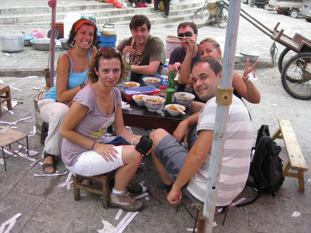 Comiendo en un puesto local en Dali, Yunnan... por menos de 5 euros todos... cerveza incluída...