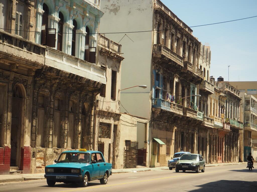 Calles de La Habana: la rehabilitación de muchas de ellas se entremezcla con otras todavía en estado original.