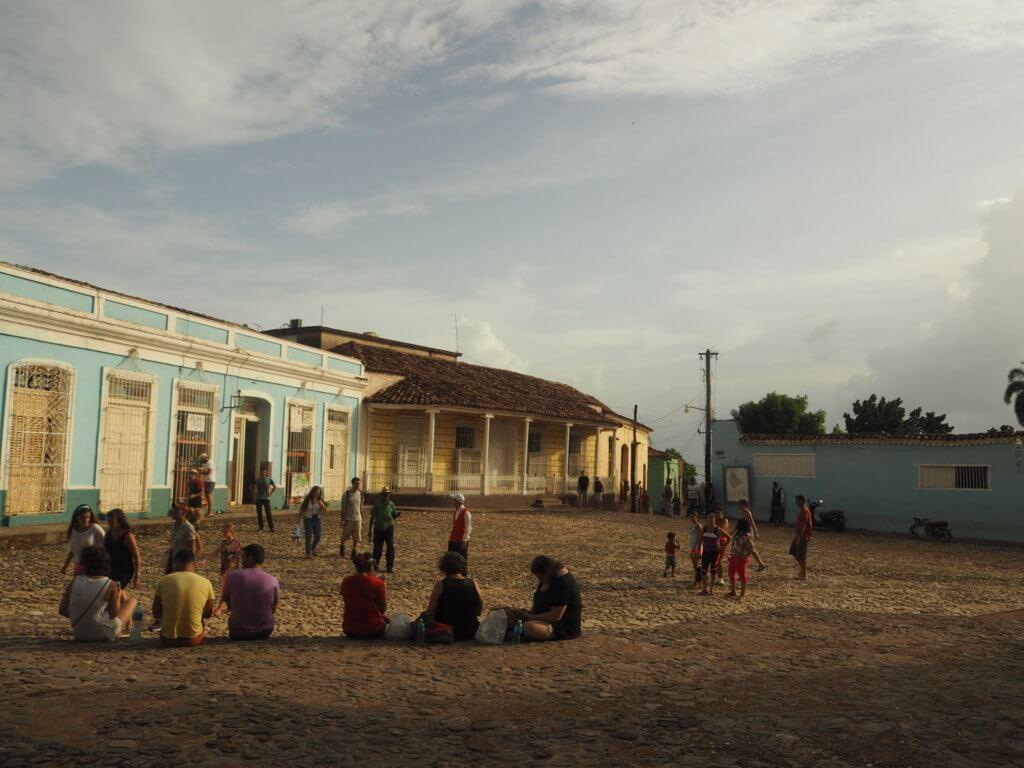 En Trinidad, la gente se reúne en la plaza del pueblo para conseguir internet.