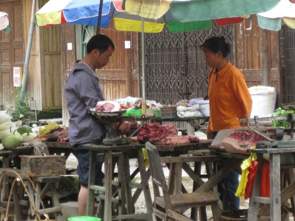 Mercado en el centro del pueblo de carne.