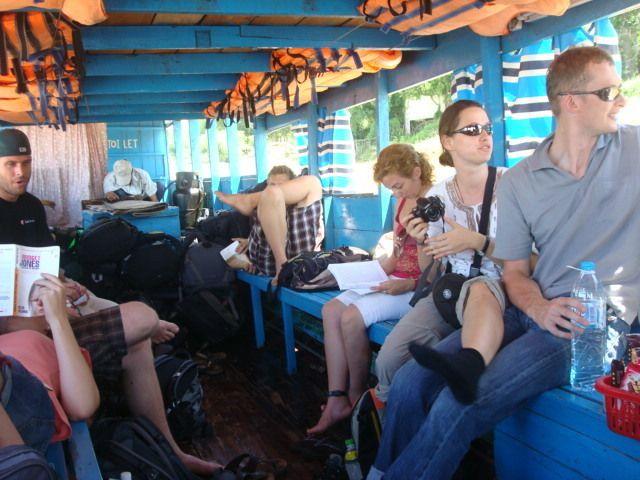Leyendo en el barco
