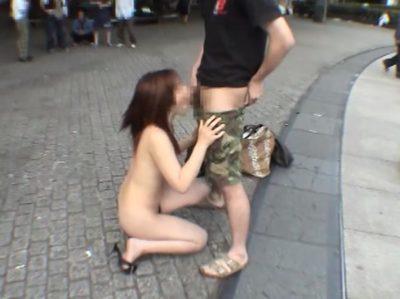 人が見ている所で全裸フェラ
