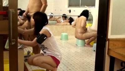 羞恥!銭湯でアルバイト!お湯に濡れたら服が溶けて全裸になっちゃった!!サンプル2