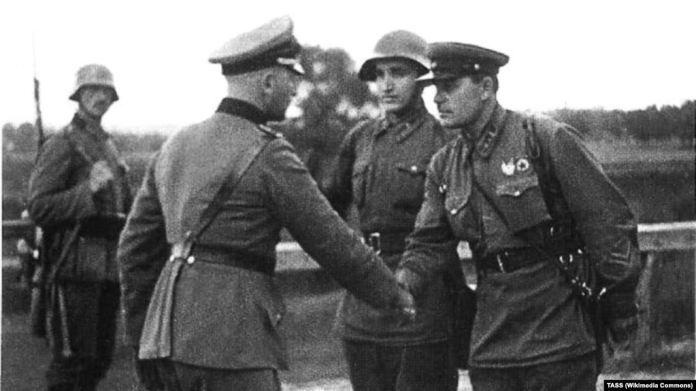 Немецкий и советский офицеры в конце Польской операции в 1939 году. Фото ТАСС, опубликованное в сентябре 1940 года к первой годовщине разделения Польши между нацистской Германией и СССР