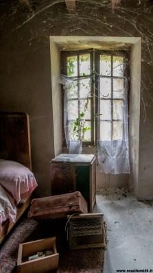 Une ferme abandonnée depuis 1998. Les araignées en ont fait leur logis.