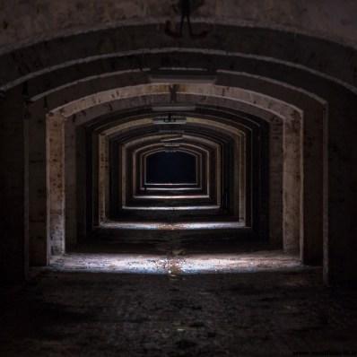Une crypte, en état de décrépitude plus qu'avancé.
