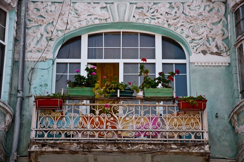 close-up-of-a-dilapidated-green-facade-varna-bulgaria-www.rossiwrites.com