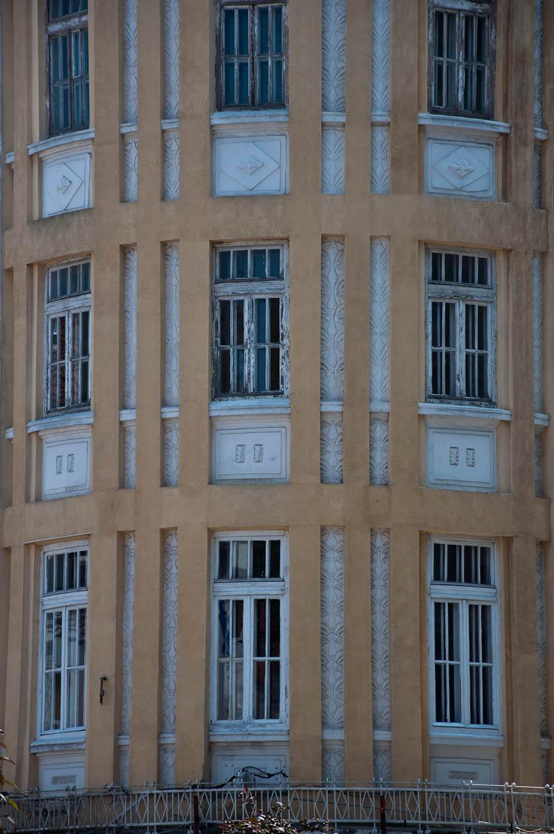 dilapidated-ochre-facade-varna-bulgaria-www.rossiwrites.com