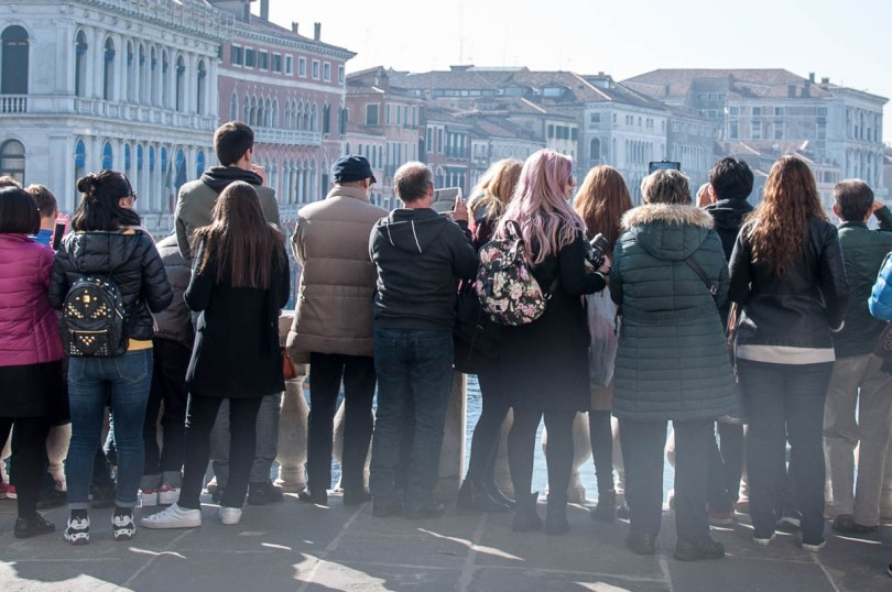 Tourists crowding on Rialto Bridge to take a selfie with the Grand Canal - Venice, Italy - rossiwrites.com