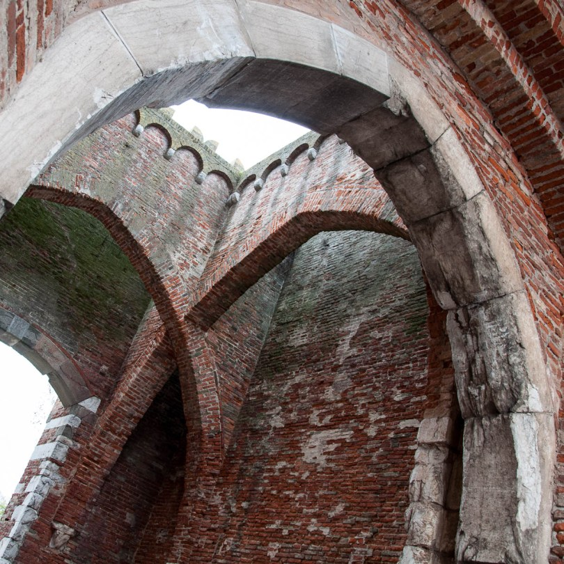 The stunning crossed arches of the bell tower Torre dei Preti - Noale, Veneto, Italy - www.rossiwrites.com