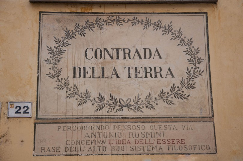 Contrada della Terra with a commemorative plaque dedicated to Italian philosopher Antonio Rosmini - Rovereto, Trentino, Italy - www.rossiwrites.com