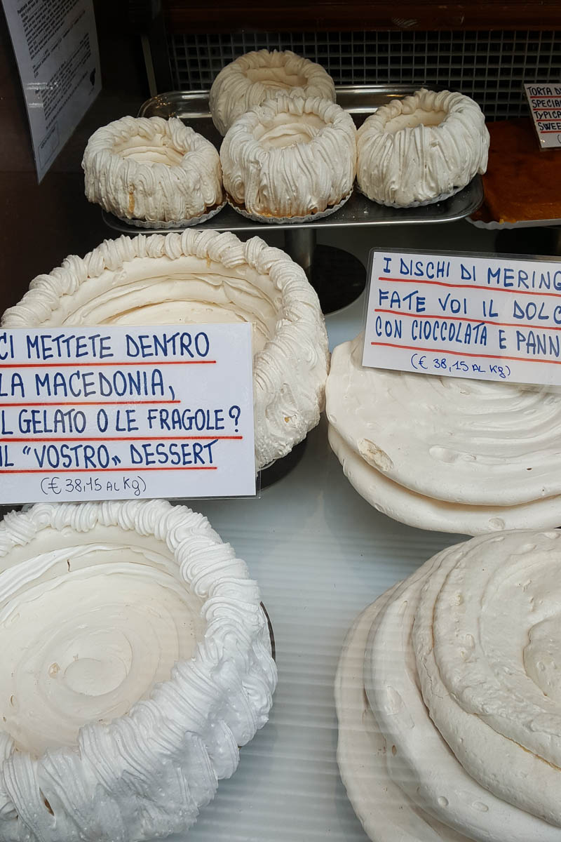Window display with merengues - Bologna, Emilia-Romagna, Italy - www.rossiwrites.com