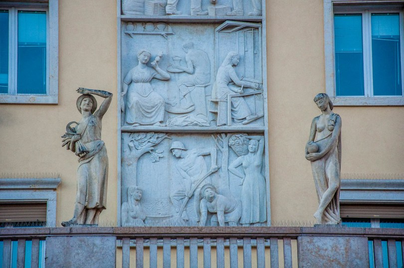 Bas-relief on a building in Schio - British Day Schio - Veneto, Italy - www.rossiwrites.com