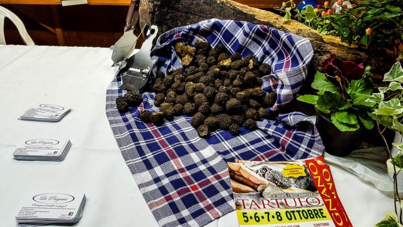 Fresh black truffles - Lumignano Truffle Festival - Veneto, Italy - www.rossiwrites.com