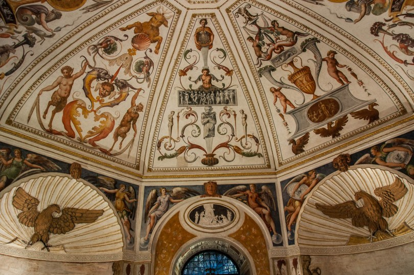 Intricate wall decorations and frescoes - The octagonal room - Cornaro Odeon - Padua, Veneto, Italy - www.rossiwrites.com