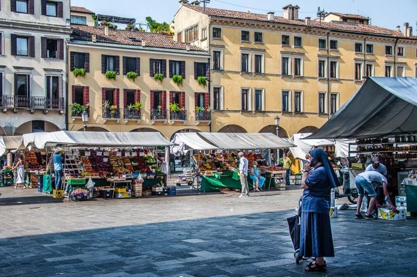 Market scene on Piazza delle Erbe - Padua, Italy - rossiwrites.com