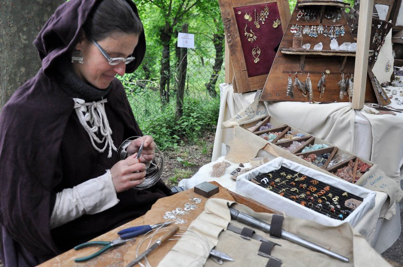 A jewellery-maker at a medieval market - Montecchio Maggiore, Italy - www.rossiwrites.com