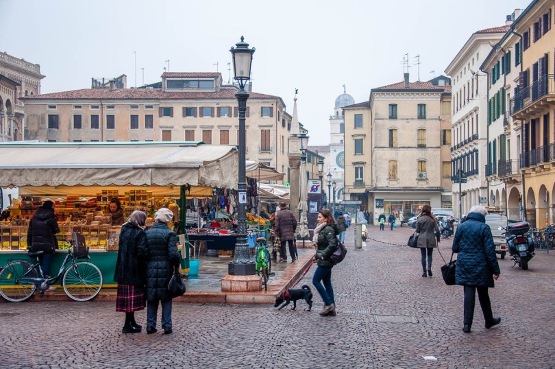 The daily market on Piazza della Fruta - Padua, Veneto, Italy - www.rossiwrites.com