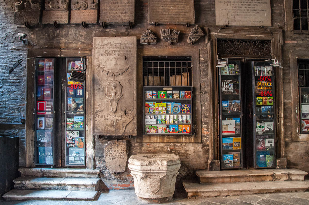 Discount bookshop surrounded by ancient stone artifacts - Vicenza, Veneto, Italy - rossiwrites.com