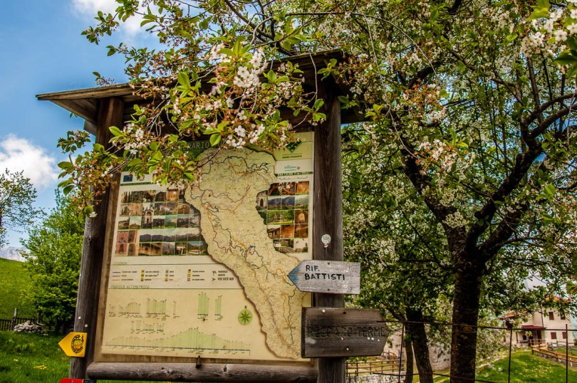 The information board at the start of the hike - Casare Asnicar - Sentiero dei Grandi Alberi - Province of Vicenza, Veneto, Italy - rossiwrites.com