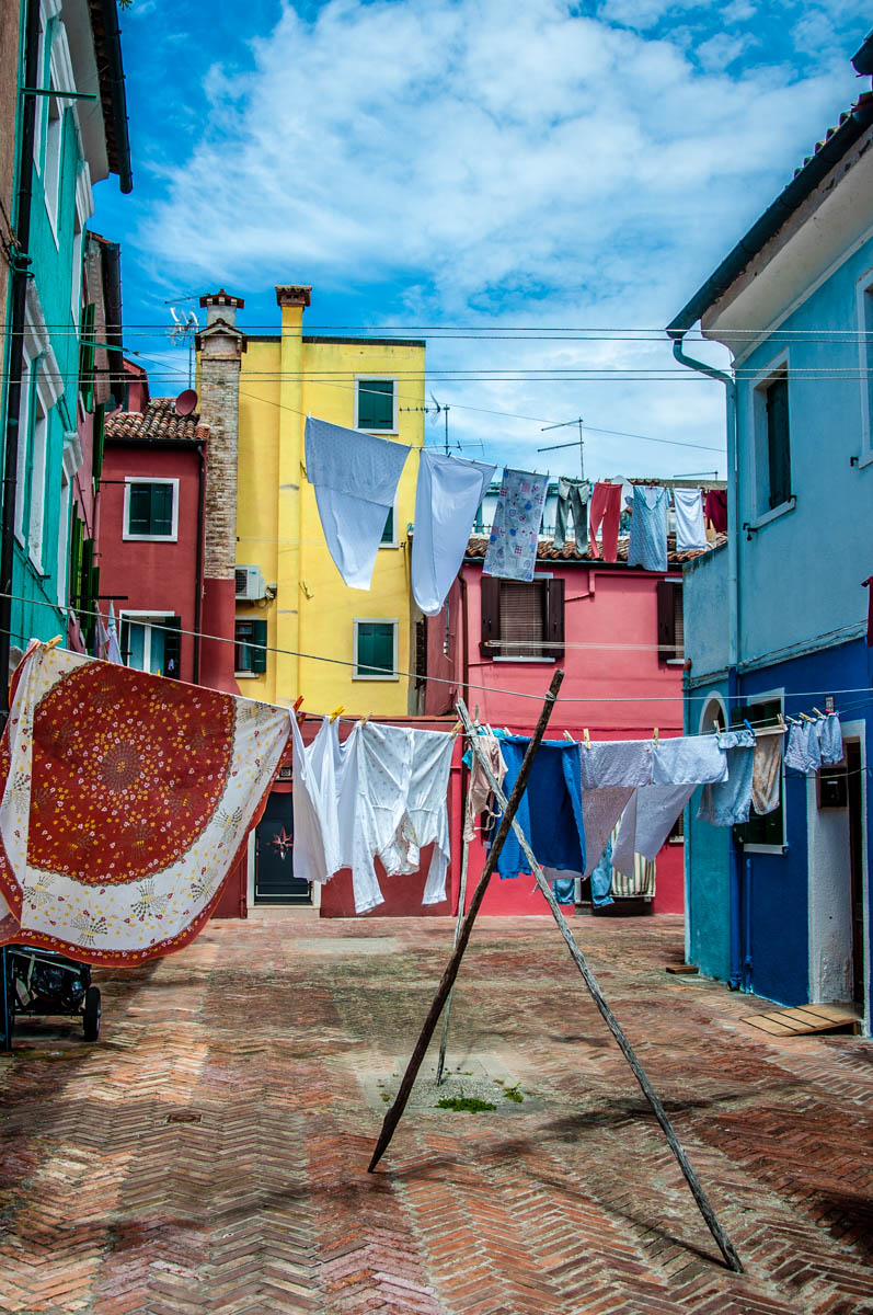 Clotheslines with freshly laundered clothes and colourful houses - Burano, Veneto, Italy - rossiwrites.com