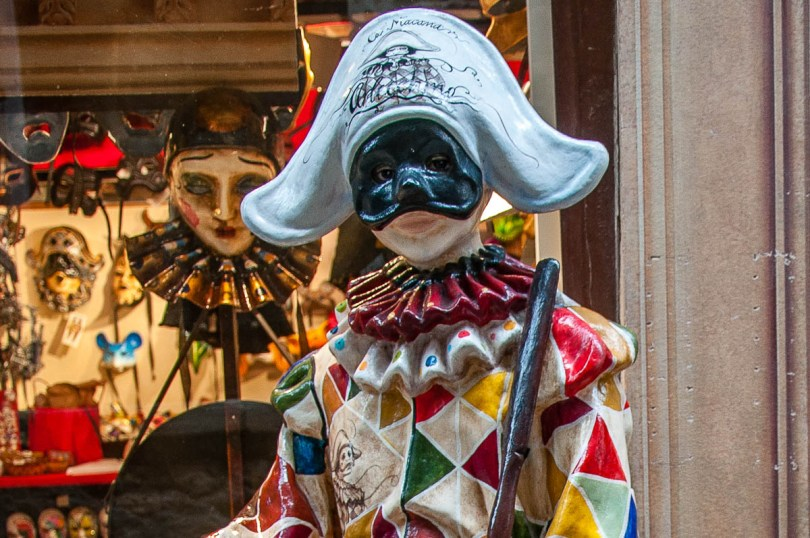 A real-size Arlecchino Mask in front of the Ca Macana shop - Venice, Italy - rossiwrites.com