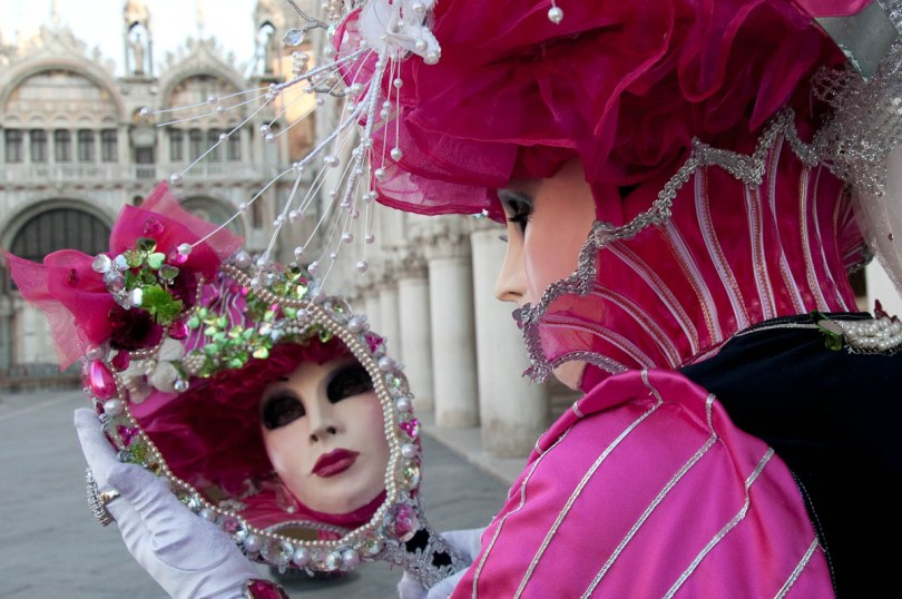 Mask holding a mirror next to the Doge's Palace - Venice Carnival 2011 - rossiwrites.com