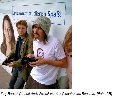 "05.09.2008, Stadtmagazin Echo: AStA-Vertreter protestieren mit ""leeren Taschen"" vor Bank-Plakaten"