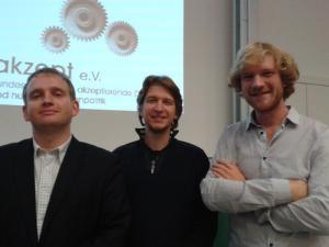 Referent Maximilian Plenert, Moderator Jörg Rostek und Veranstalter Jonas Höltig von den Hanffreunden Münster