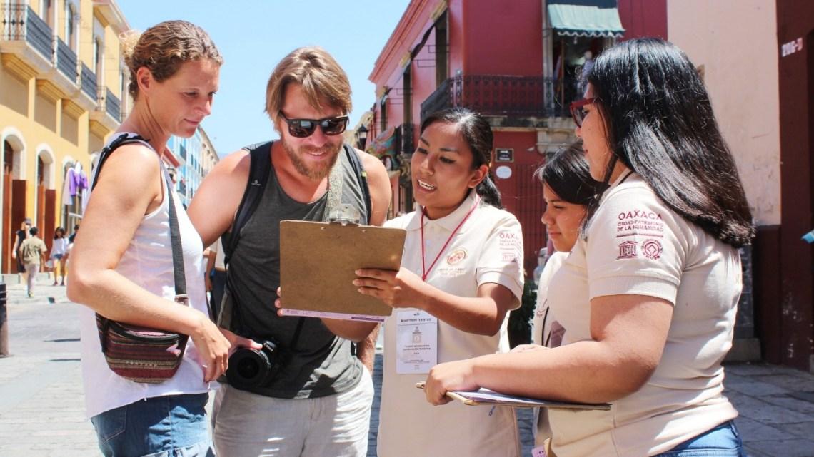 Anfitriones del Gobierno capitalino orientan a turistas que visitan Oaxaca de Juárez