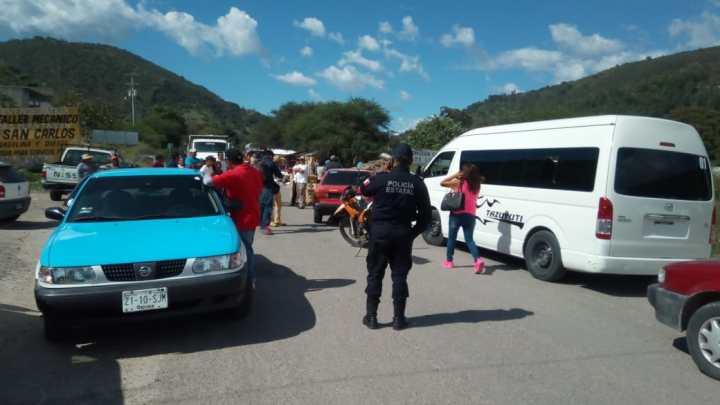 Mantienen bloqueo carretero vecinos del barrio Santo Domingo en Juxtlahuaca
