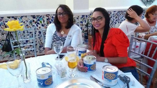 Rosa Yunes y Yeni Peña con sus respectivas Alcancias de la Fundación Rotaria