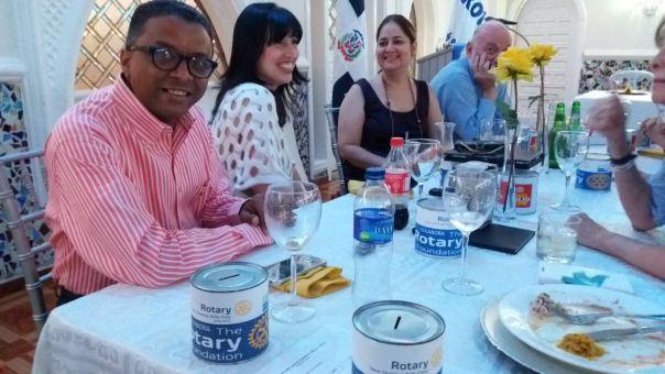 Compañerismo y distribución alcancias de la fundación Rotaria