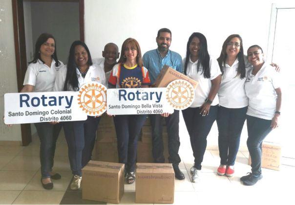 Recibiendo Donación de panties para niñas gracias a la colaboración y buena voluntad del Gracias Sofía Batista Pte Club Rotario SD Colonial. Esta donación pasarán a la Fundación Limpiabotas de la Merced y a las Niñas de Hainamosa.