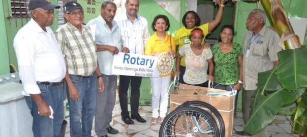 Con obras sociasles de servicio a la comunidad, nos sentimos como Club Rotario Santo Domingo Bella Vista INSPiRADOS en nuestra vocación de Dar de Sí Antes de Pensar en Sí. Ayer domingo 9 de septiembre tuvimos doble jornada de entrega de sillas de ruedas. La primera parte en la mañana, la presidente Emma Valois y Nadia Herrera se dirigieron a la comunidad de los Alcarrizos para entregar las primeras 6 sillas de ruedas del día a personas con cierta dificultad de movilidad y de escasos recursos. Pero la 2da entrega de otras 6 sillas de ruedas, fué en horas de la tarde. Nuevamente la presidente Emma acompañada de nuestro past presi t amigo Cristian Leguizamon se dirigieron a la comunidad del Tamarindo y De invivienda que en conjunto con la junta de vecino determinaron esas personas humildes que necesitaban esa sillas de ruedas.