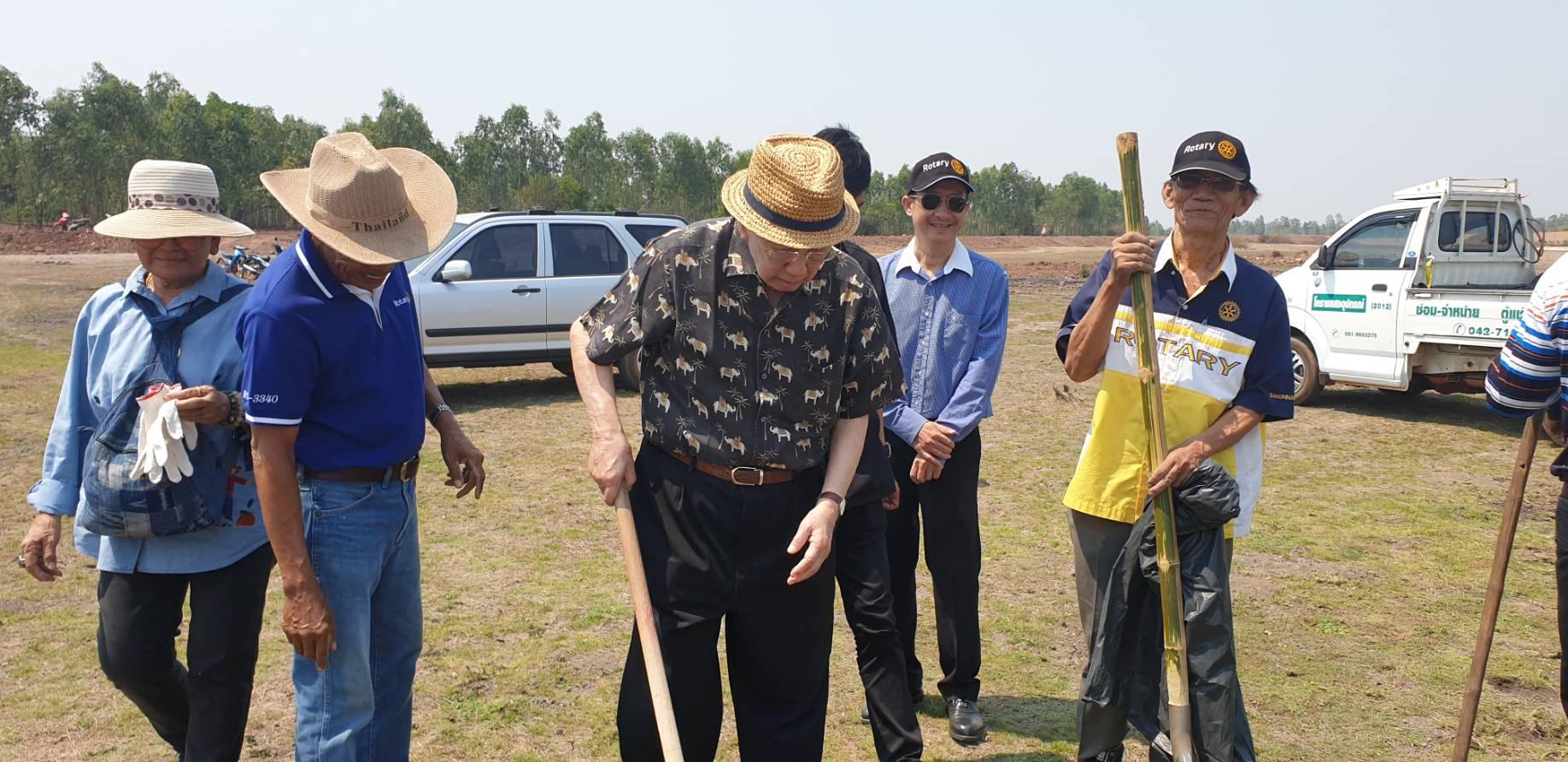 พณฯท่านพิชัย รัตตกุล ร่วมตรวจและปลูกหญ้าแฝกบริเวณโครงการแก้มลิง
