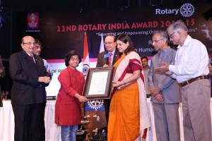 Dr Sunitha Krishnan receiving the Award from Union Minister Maneka Gandhi and RID P T Prabhakar. PRID Ashok Mahajan, PRIP Rajendra Saboo and PRID Sudarshan Agarwal are also present.