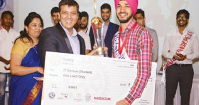 Jaskaran Singh, winner of the 'IT genius of India' award (student category), receiving cash prize of Rs 1 Lakh.