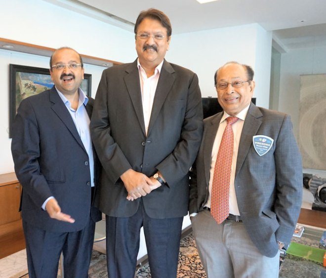 Ajay Piramal flanked by his brother-in-law Rtn Nirav Shah of RC Bombay (left) and Rtn Virendra Widge.