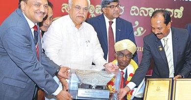 PRID Panduranga Setty being honoured with Bharat Ratna Sir M Visvesvaraya Memorial Award by FKCCI.