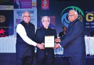 PDG Mukund Abhyankar being felicitated by RIDE Manoj Desai (left) and DG Vivek Aranha (right).