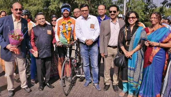 DG Chandrashekar Kolvekar and his team welcoming the cyclists at Navi Mumbai.