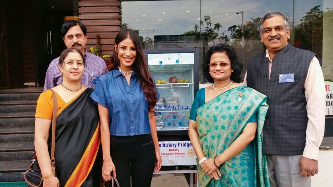 From right: DG H R Ananth, Rotary Bangalore Brigades President Vimla Pinto, Ms Earth 2010 Nicole Faria, Girija Ananth and Rtn Satish B E at the inauguration of the Rotary Fridge.