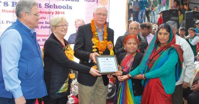 Ian Riseley, then RIPN, and Juliet hand over a school to the School Management Committee in the presence of then DG David Hilton and PDG Prem Bhalla.