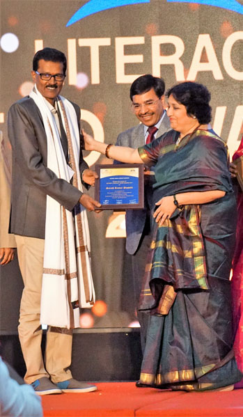 Latha Rajnikanth felicitates Literacy Hero Sarath Puppale in the presence of Awards Chair Anil Agarwal.